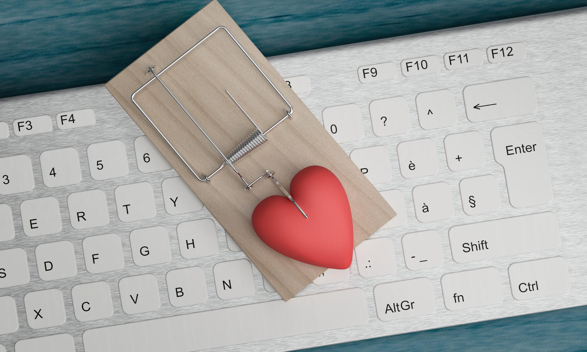 Mausefalle mit Herz liegt auf der Tastatur
