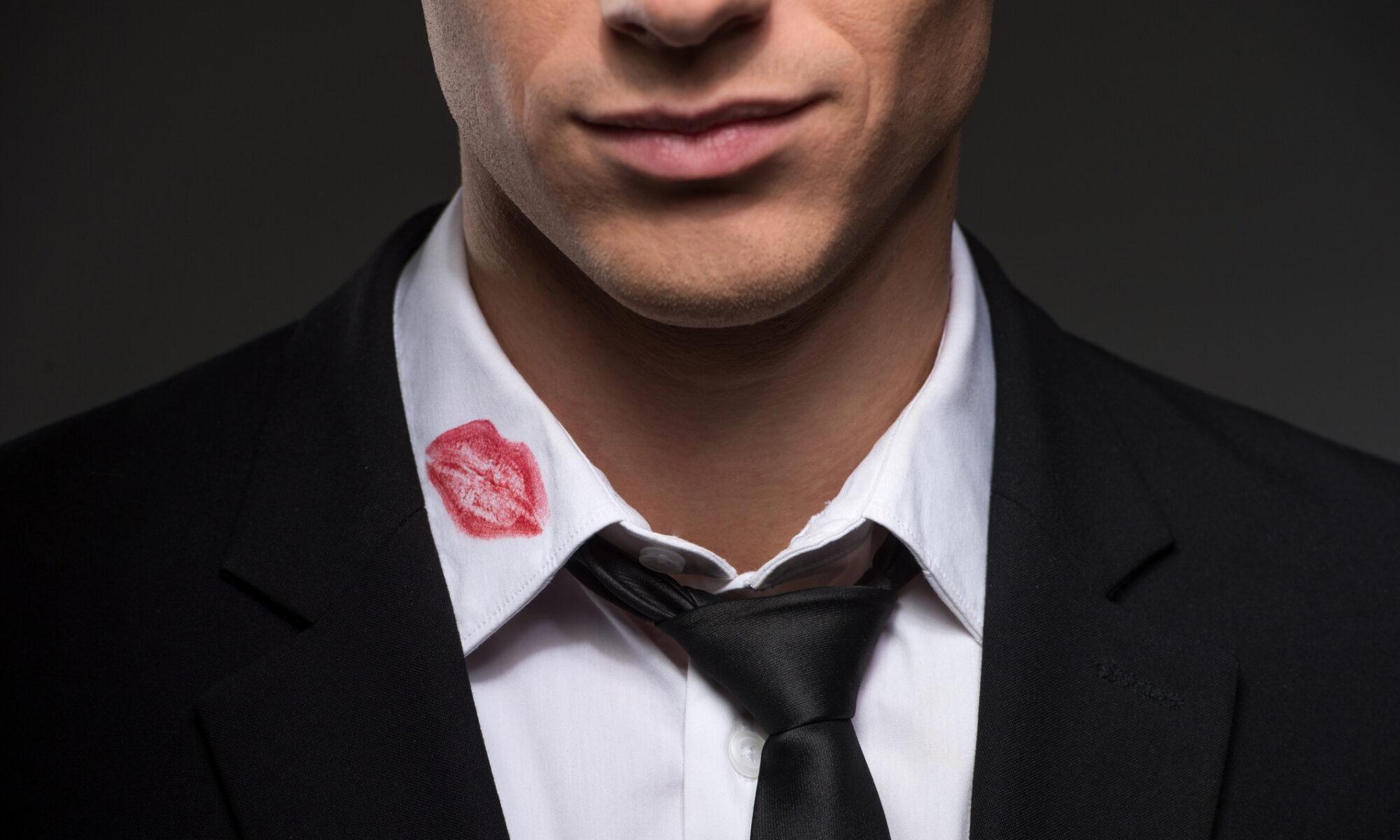 Mann mit Lippenstift am Hemdkragen