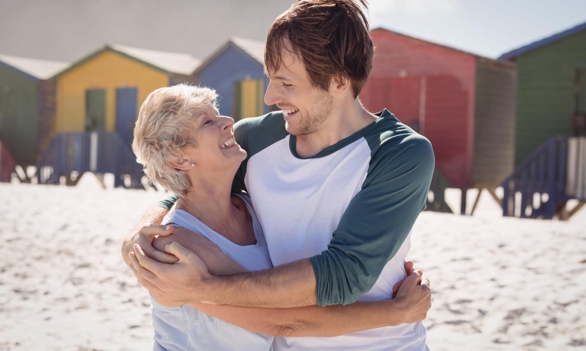 Altersunterschie, junger Mann mit älterer Frau am Strand