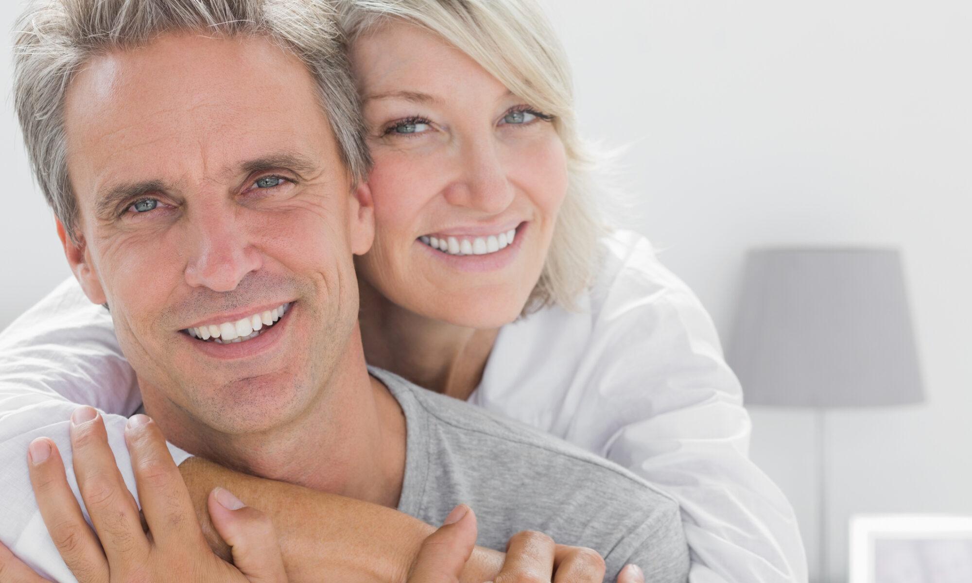 glücklicher mann mit partnerin