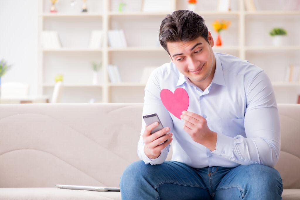 Single Mann zeigt seiner Liebsten online ein Herz