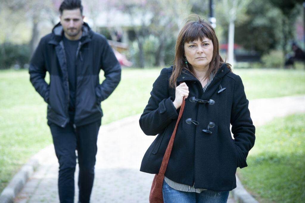 Stalker verfolgt Frau im Park