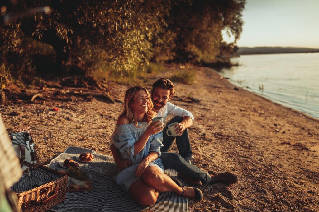 Verliebtes Paar macht ein Picknik am See