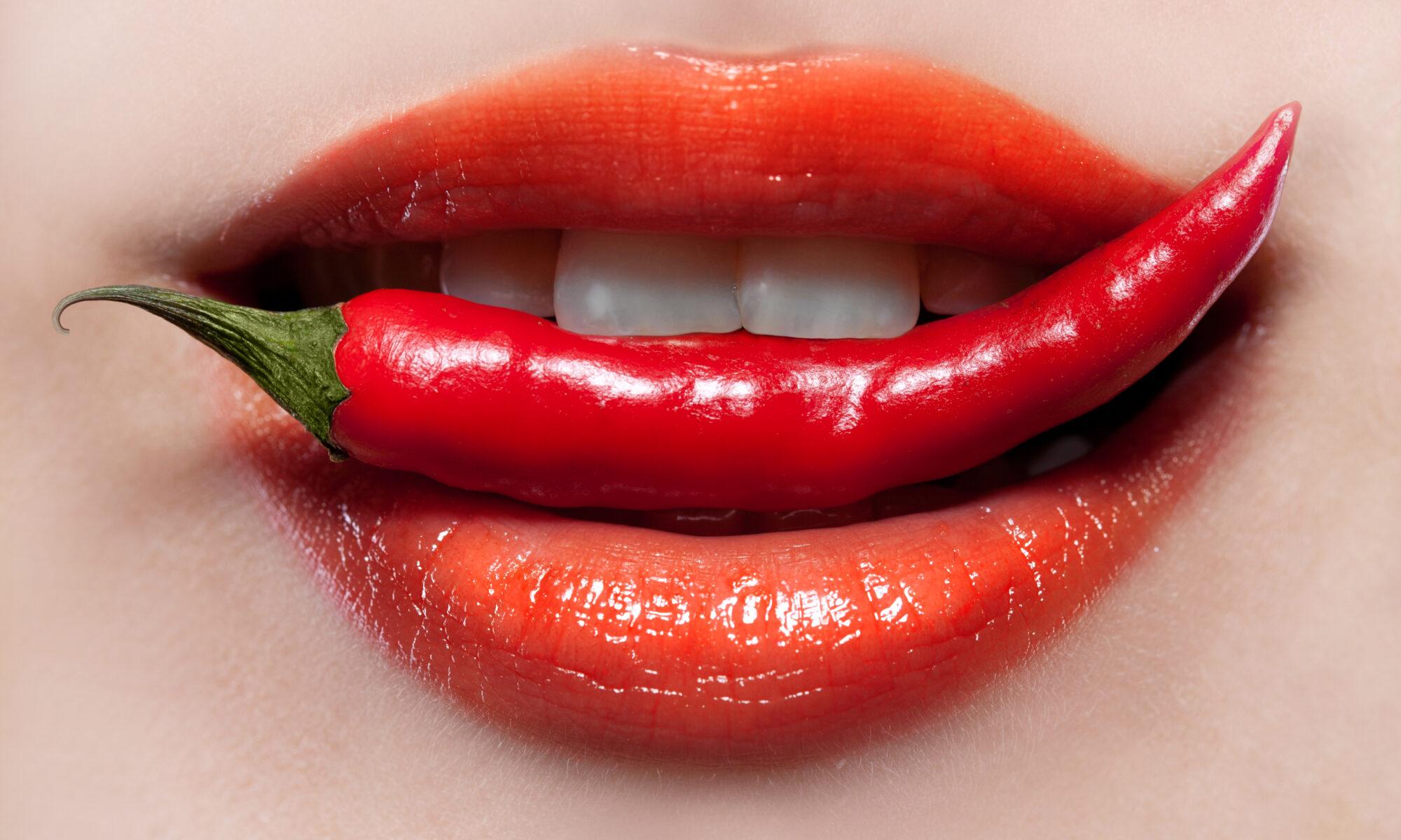 Roter Frauenmund mit scharfer Pepperoni
