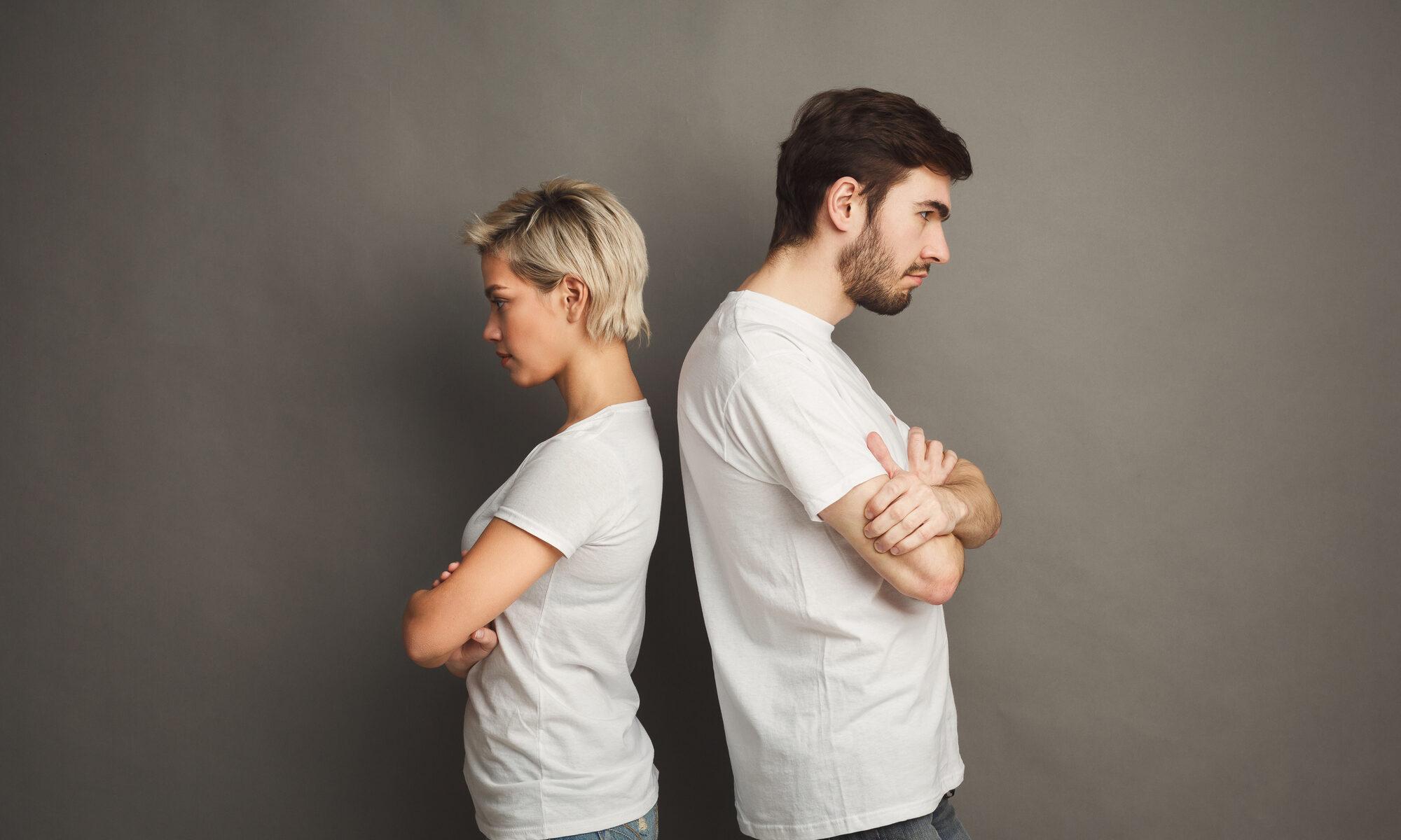 Paar steht Rücken an Rücken mit Beziehungsproblemen