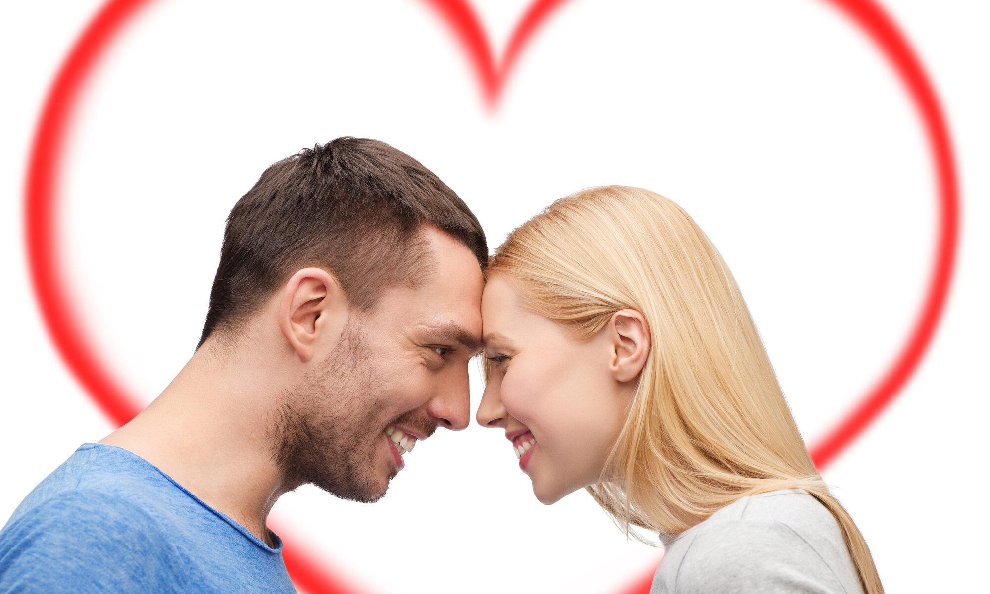 Junges Paar mit Herz im Hintergrund