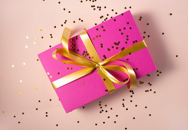 Geschenk in pinkfarbenen Papier