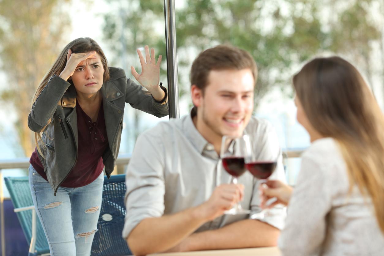 Frau beobachtet Mann mit einer anderen Frau