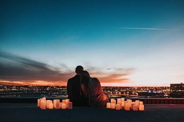 Paar schaut sich den Sonnenuntergan an