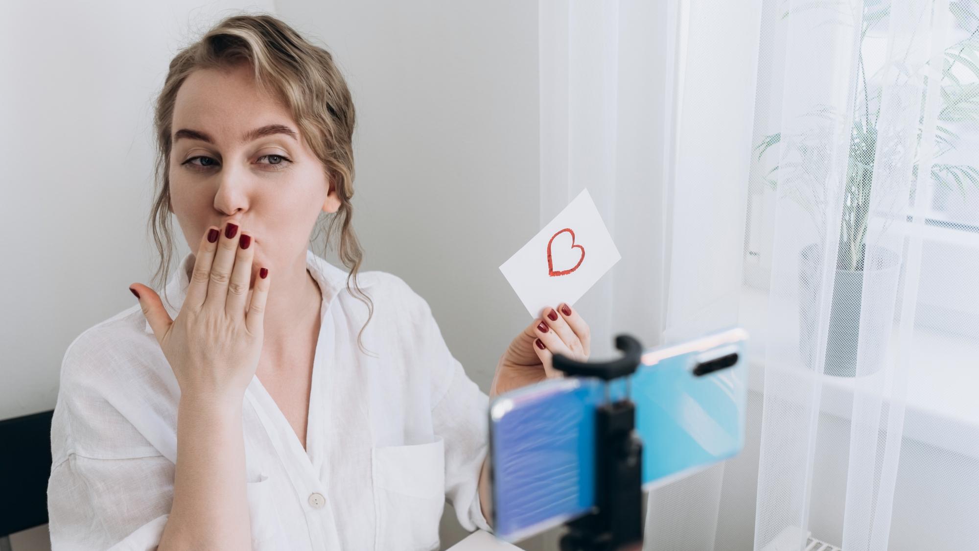 Frau mach virtuelle Liebeserklärung