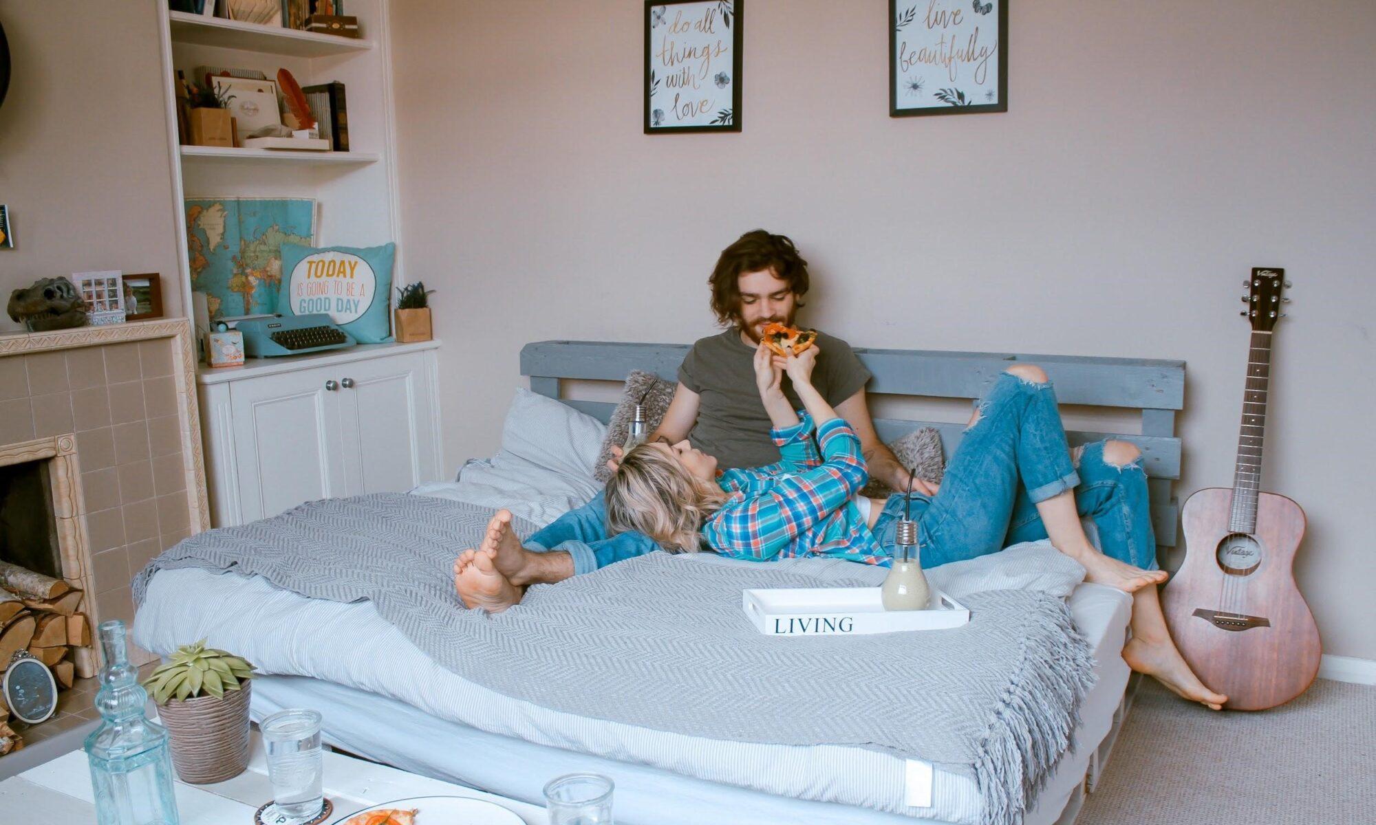 Junges Paar im Bett der gemeinsamen wohnung