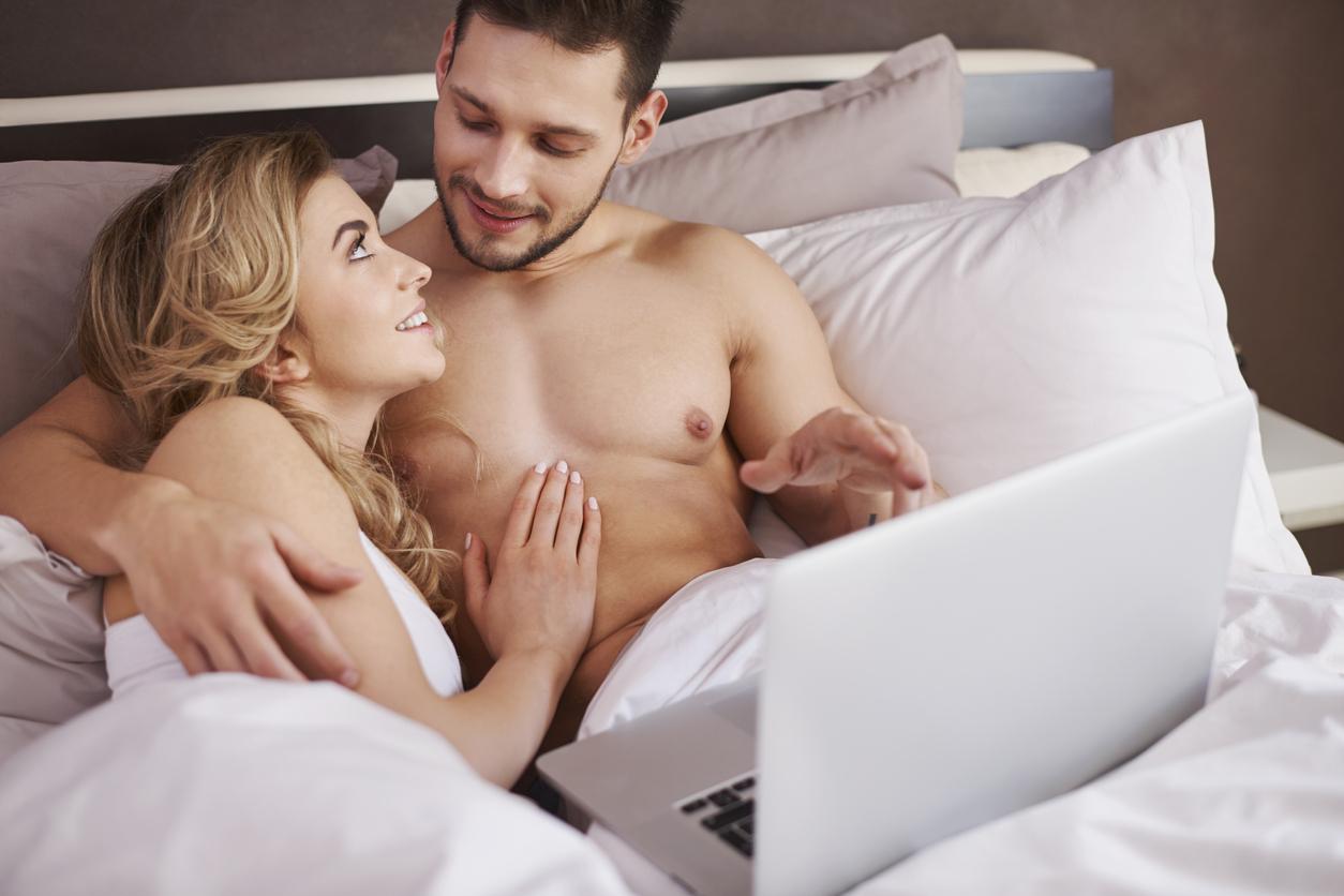 Paar schaut im Bett Pornos