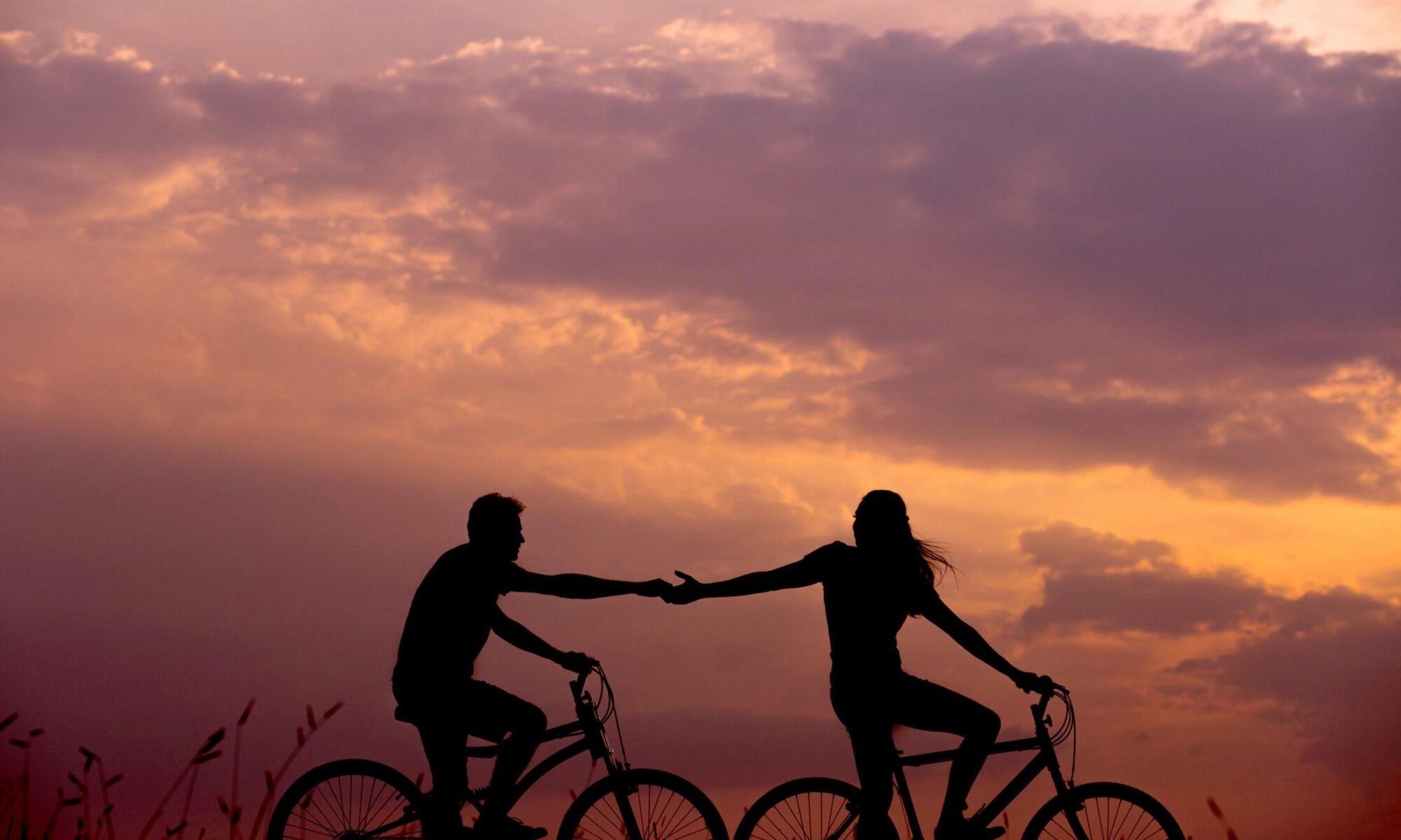 Paar auf Rädern im Sonnenuntergang