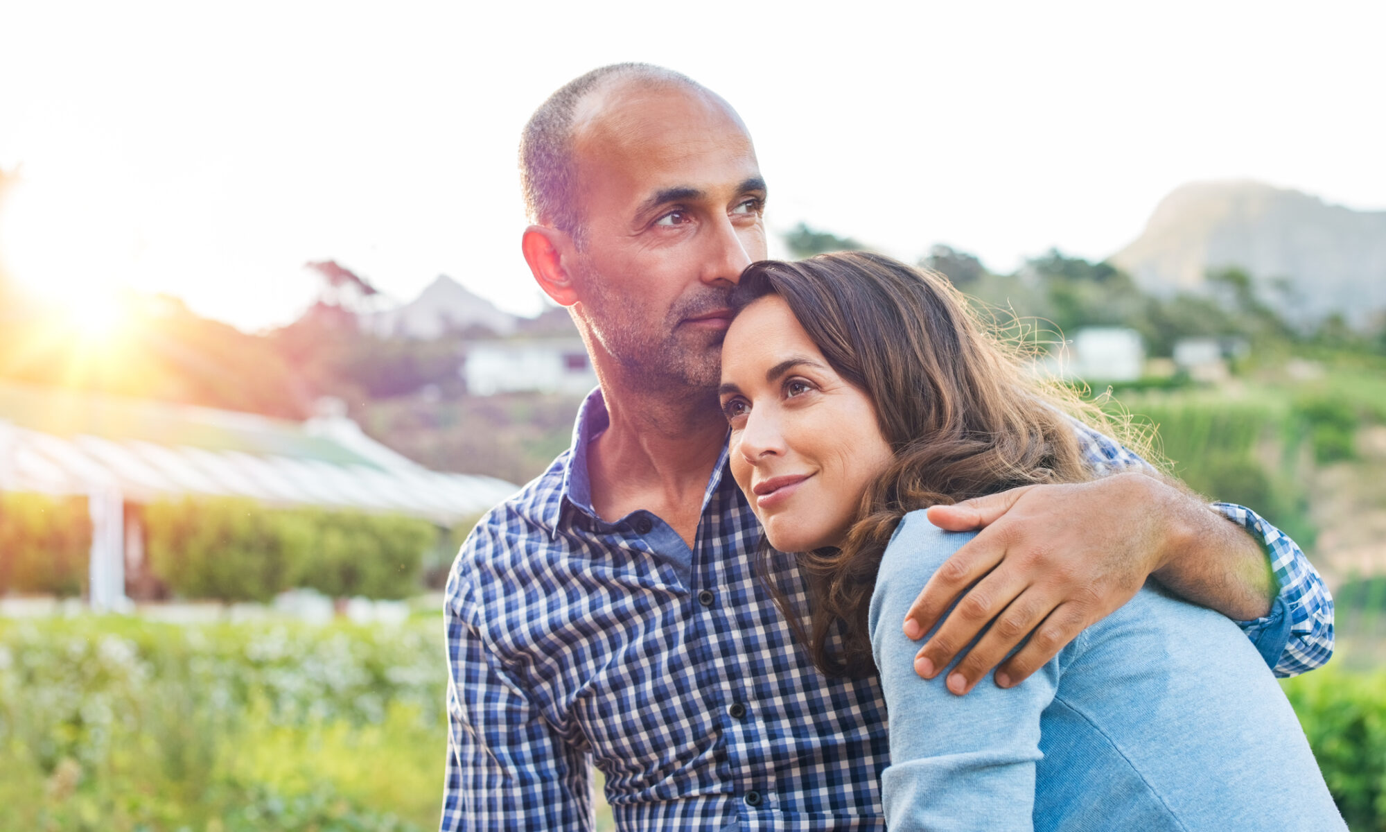 Mann hält Frau im Arm