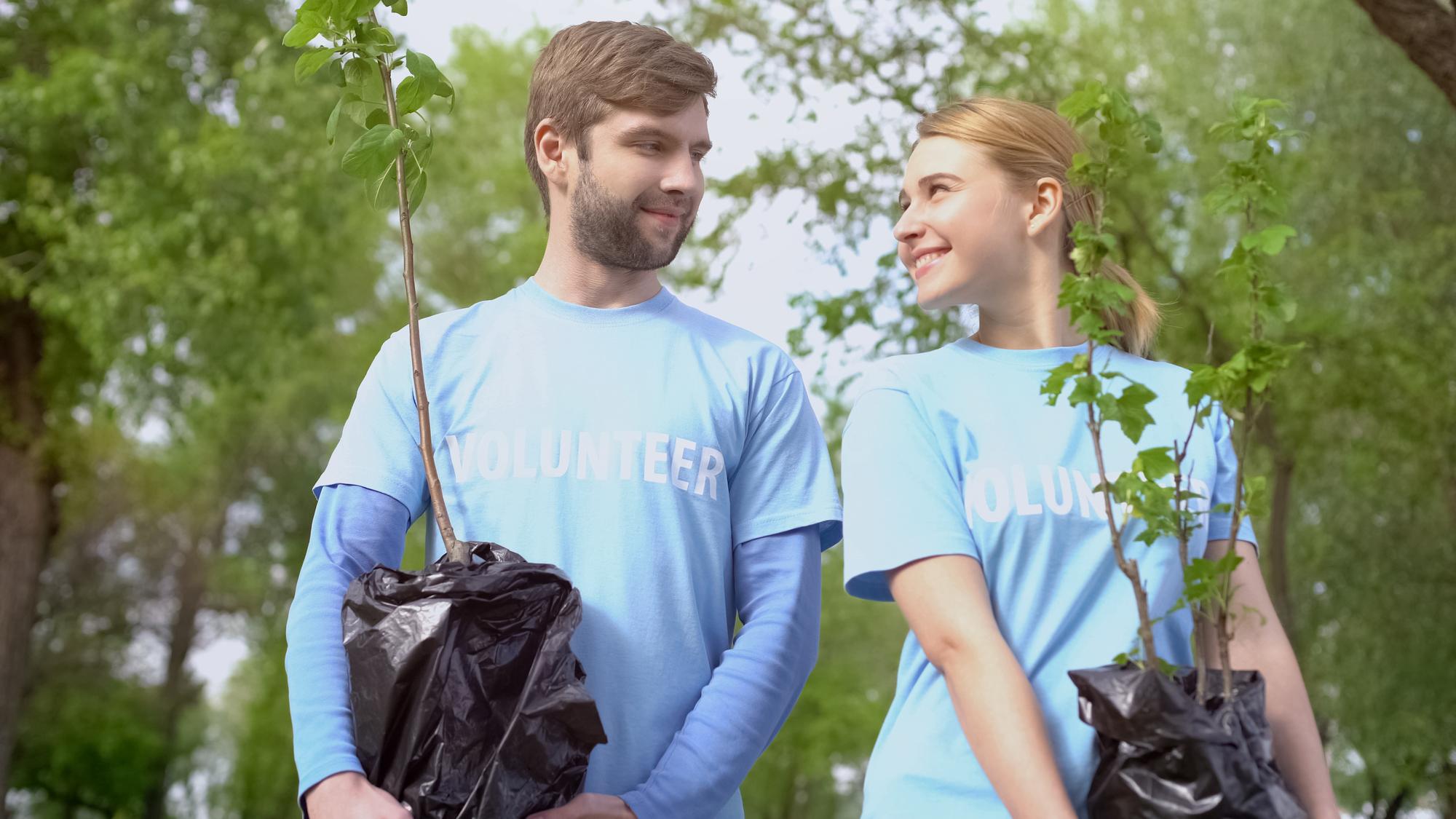 Paar aktiv im Umweltschutz