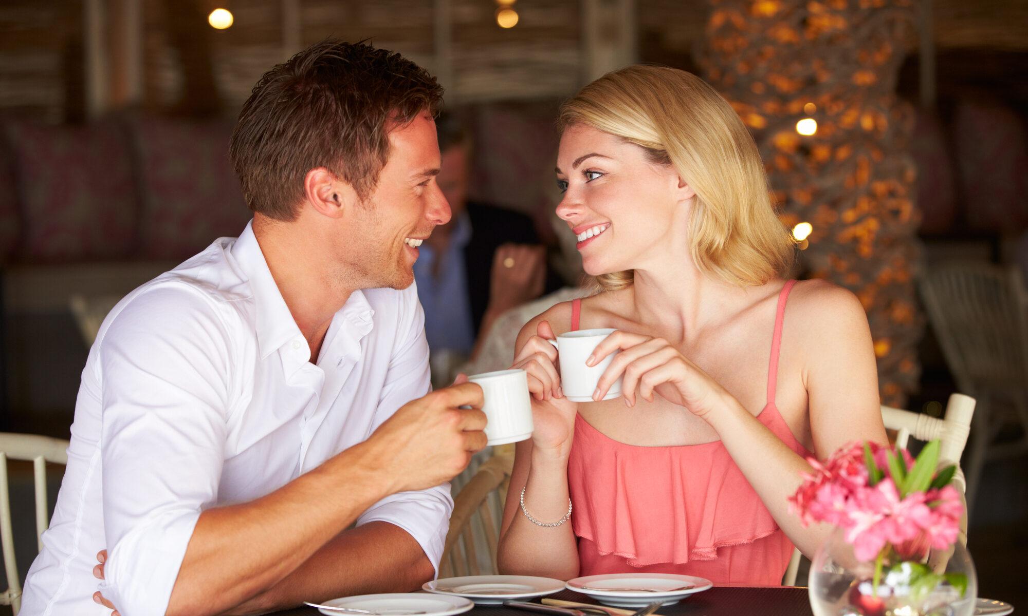 Mann und Frau beim ersten Date
