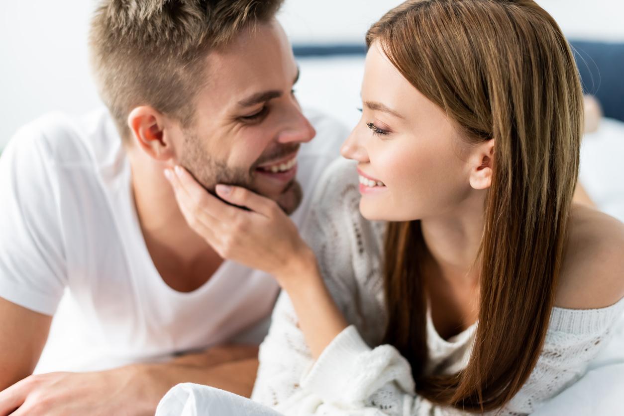 Verliebter Mann macht der Frau ein Kompliment