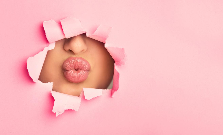 Kuss durch ein Loch im Papier