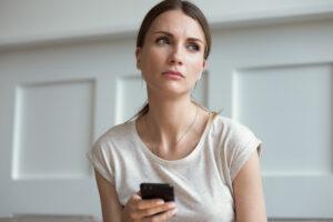Frau mit Angst vor dem Dating