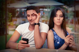 Junges Paar beim Micro-Cheating