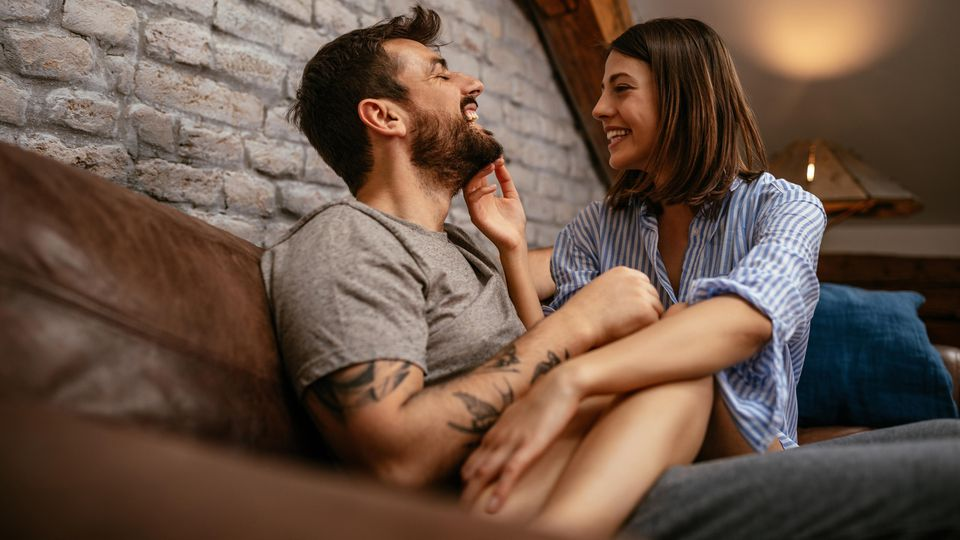 Kuscheln auf dem Sofa - was gibt es Gemütlicheres, wenn man so richtig verknallt ist?