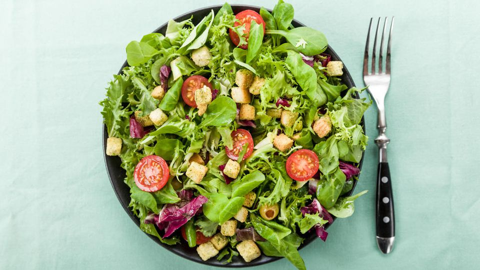 Mit einem frischen Gartensalat macht man im Sommer nichts falsch.