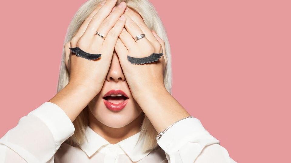 Künstliche Wimpern ohne Stress befestigen? Das ist gar nicht so leicht, aber mit diesem Produkt hat es geklappt