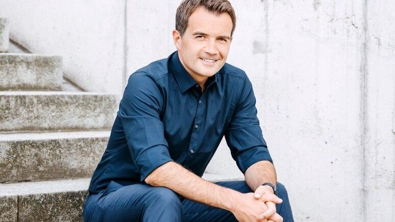 Christopher Wittich verstärkt ab August das Moderationsteam um Peter Kloeppel, Charlotte Maihoff, Anna Fleischhauer und Maik Meuser bei RTL Aktuell.