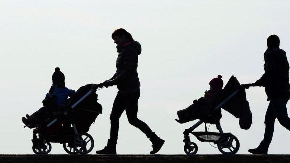 Eltern von Frühchen sollen künftig einen Monat länger Elterngeld erhalten, wenn das Kind mindestens sechs Wochen vor dem errechneten Geburtstermin zur Welt gekommen ist. Foto: Felix Kästle/dpa