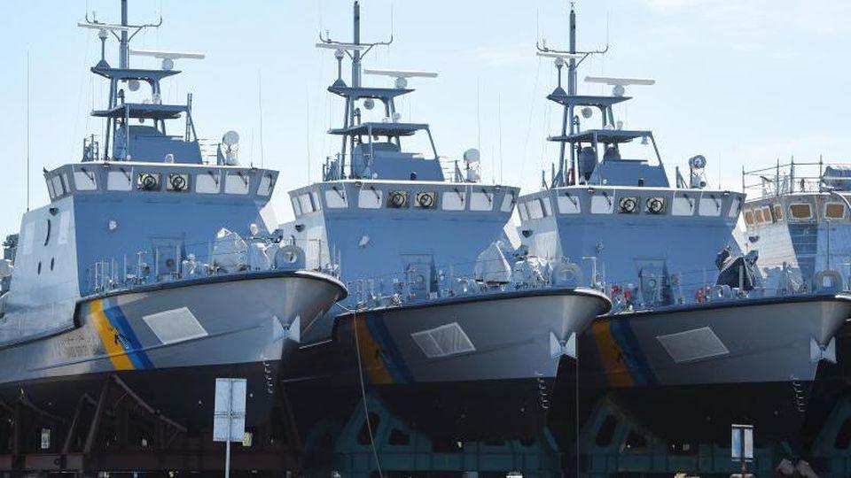 Patrouillenboote, die eigentlich für Saudi-Arabien bestimmt sind, liegen auf dem Werftgelände der zur Lürssen-Werftengruppe gehörenden Peene-Werft. Foto: Stefan Sauer/dpa