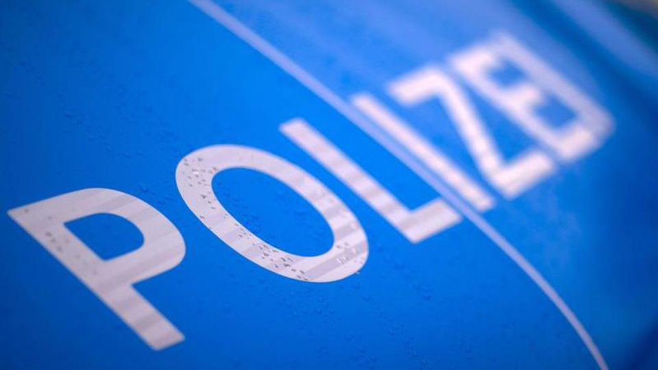 """Der reflektierende Schriftzug """"Polizei"""" ist auf einem Streifenwagen der Polizei. Foto: Jens Büttner/dpa-Zentralbild/ZB/Symbolbild"""