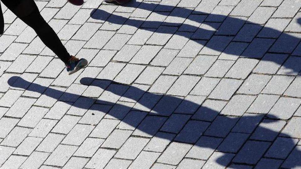 Bei strahlendem Sonnenschein sind zwei Jogger an der Spree inBerlin unterwegs. Foto: Wolfgang Kumm