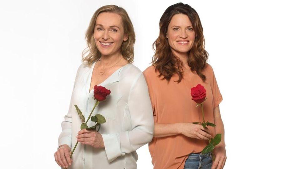 """Jana Hora-Goosmann (l.) und Judith Sehrbrock sind die Hauptdarstellerinnen der 18. Staffel """"Rote Rosen""""."""