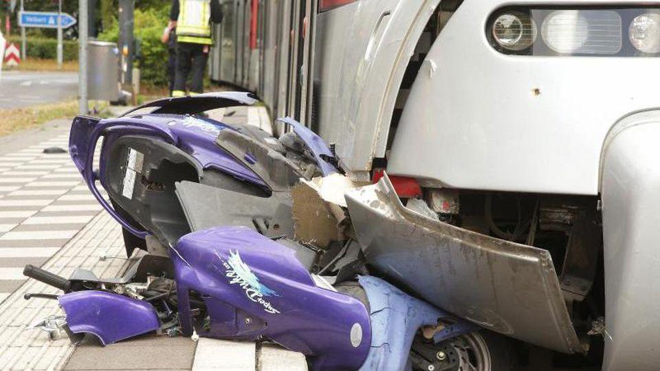 Ein Roller liegt nach einem Unfall zwischen einem Bahnsteig und einer Tram. Foto: David Young/dpa/Archivbild