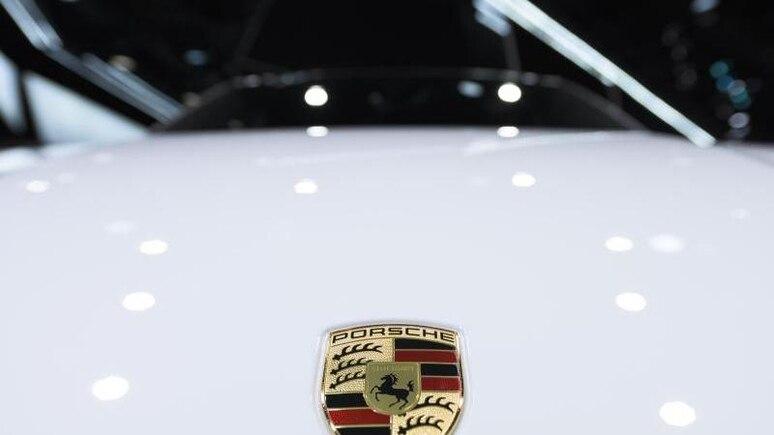 Das Wappen mit dem Logo von Porsche auf der Motorhaube eines Porsches. Foto: Silas Stein/dpa/Symbolbild