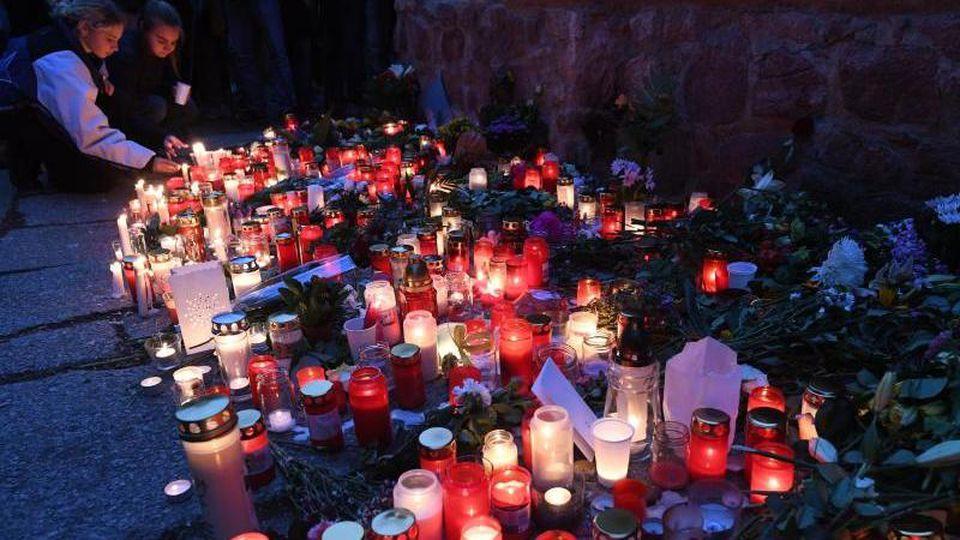 Blumen und Kerzen vor der Synagoge in Halle. Foto: Hendrik Schmidt/dpa/Archivbild