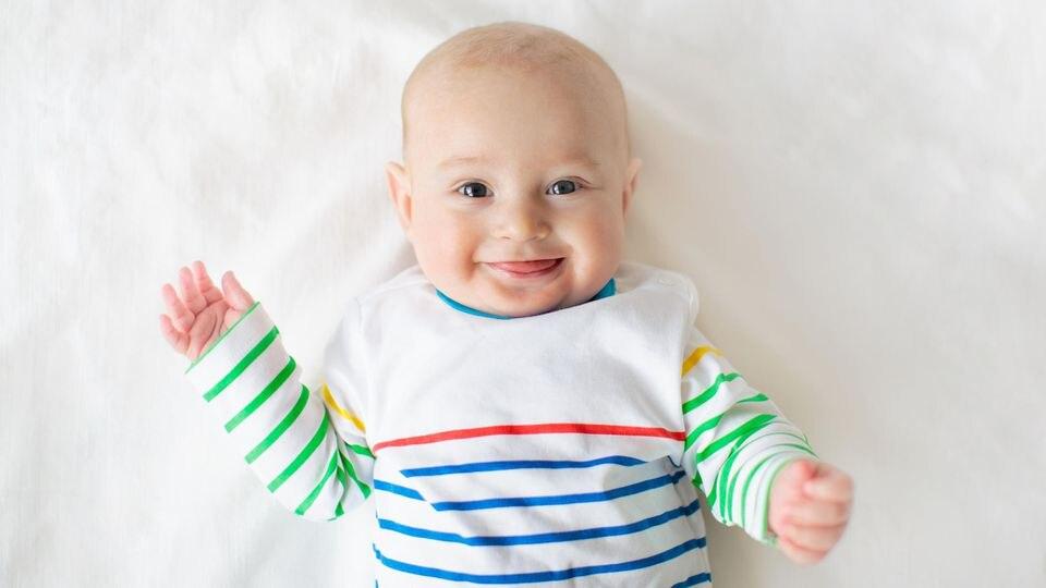 Im 2. Lebensmonat erleben Eltern meist einen ganz besonderen Moment: Das erste bewusste Lächeln des kleinen Sonnenscheins.