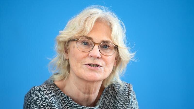 Justizministerin Lambrecht fordert von den Ländern, die Verhältnismäßigkeit der Maskenpflicht zu prüfen. Foto: Bernd von Jutrczenka/dpa