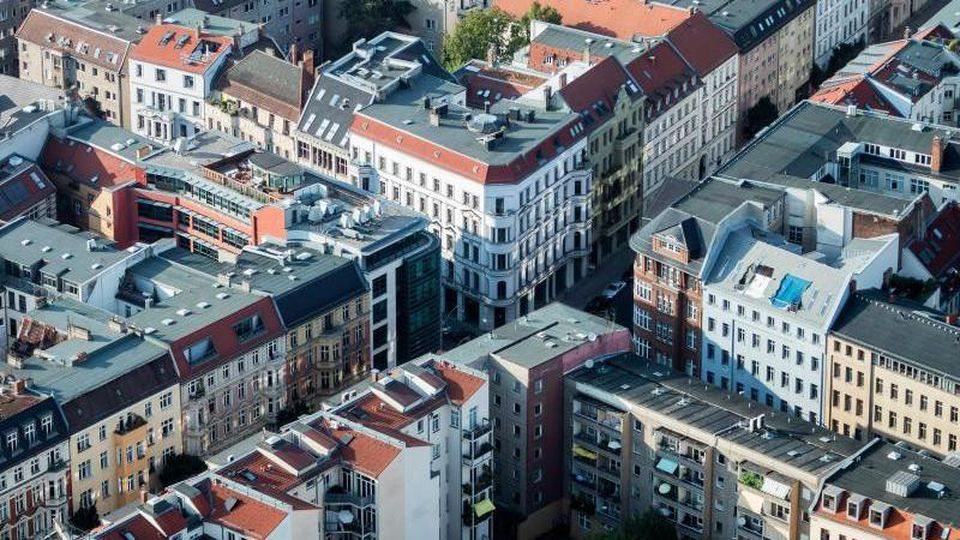 Häuser in Berlin-Mitte. Häuser und Wohnungen in Deutschland haben sich in der Corona-Krise noch deutlicher verteuert als zunächst angenommen - sowohl in Städten als auch auf dem Land. Foto: Christoph Soeder/dpa