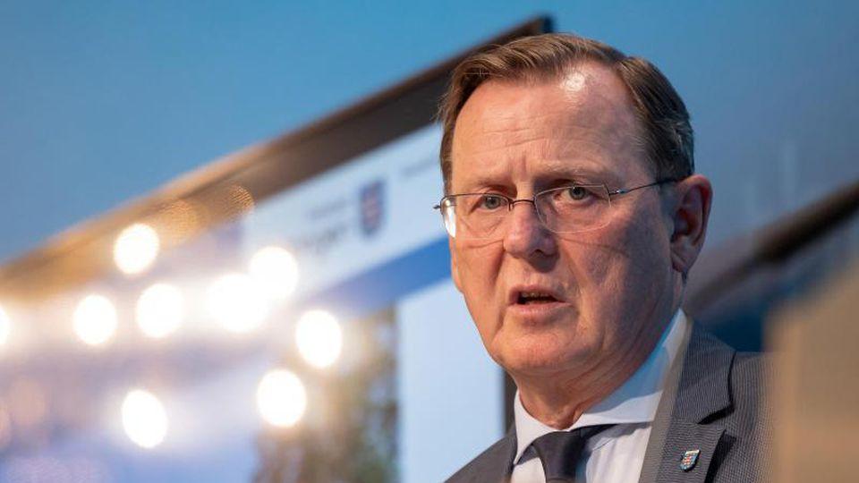 Bodo Ramelow (Die Linke), Ministerpräsident von Thüringen, spricht auf einer Pressekonferenz. Foto: Michael Reichel/dpa-Zentralbild/dpa