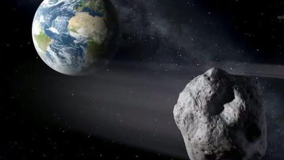 Die grafische Darstellung zeigt einen Asteroiden beim  Vorbeiflug an derErde.