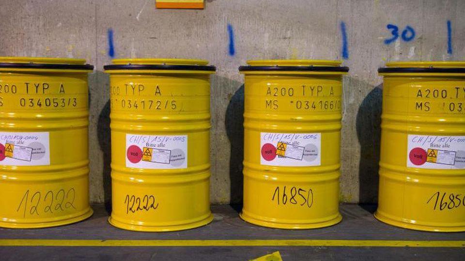 Fässer mit radioaktivem Abfall stehen im Zwischenlager der Wiederaufarbeitungsanlage Karlsruhe (WAK). Foto: picture alliance / Wolfram Kastl/dpa/Archivbild