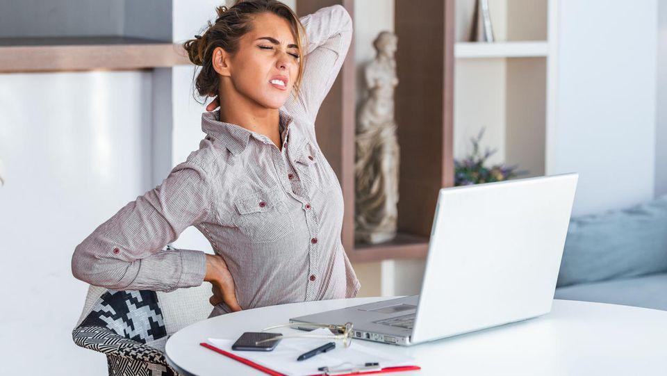 Wer viel am Laptop arbeitet, leidet schnell an Verspannungen. Dagegen hilft ein regelmäßiger Positionswechsel und viel Bewegung nach Feierabend.