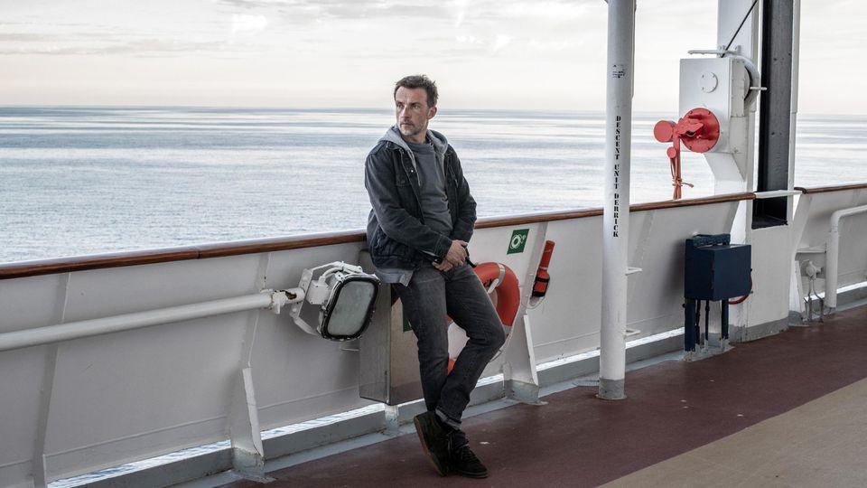 """Polizeipsychologe Martin Schwartz (Lucas Gregorowicz) ist in """"Passagier 23 - Verschwunden auf hoher See"""" dem mysteriösen Verschwinden seiner Familie auf der Spur."""