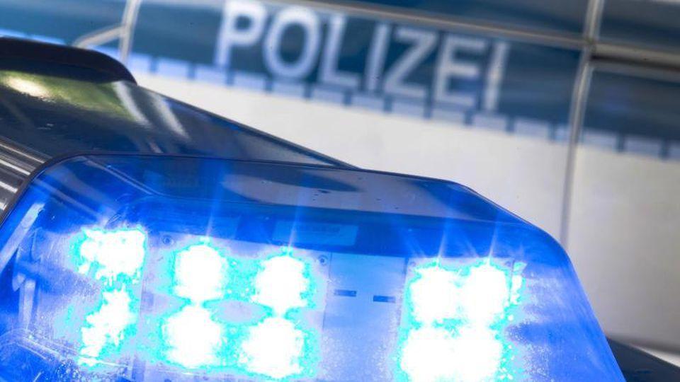 Ein Blaulicht leuchtet am auf dem Dach eines Polizeiwagens. Foto: Friso Gentsch/dpa/Archiv
