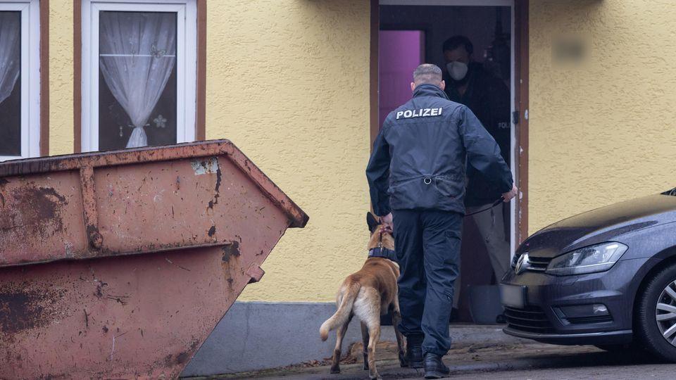 500 Beamte durchsuchten Wohnungen und Geschäftsräume in Thüringen,  Sachsen-Anhalt und Hessen nach Beweisen für organisierten Drogenhandel und Geldwäsche.