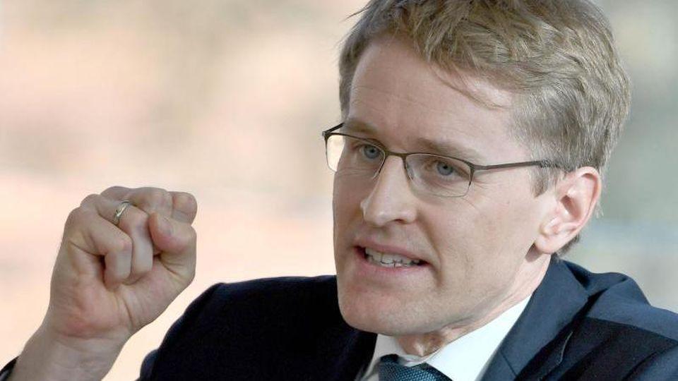 Daniel Günther (CDU), Ministerpräsident von Schleswig-Holstein, gestikuliert bei einem Statement. Foto: Carsten Rehder/dpa/Archivbild