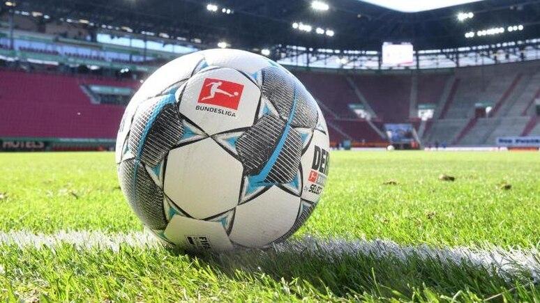 Ein Ball liegt auf dem Rasen. Foto: Tobias Hase/dpa - Pool/dpa/Symbolbild
