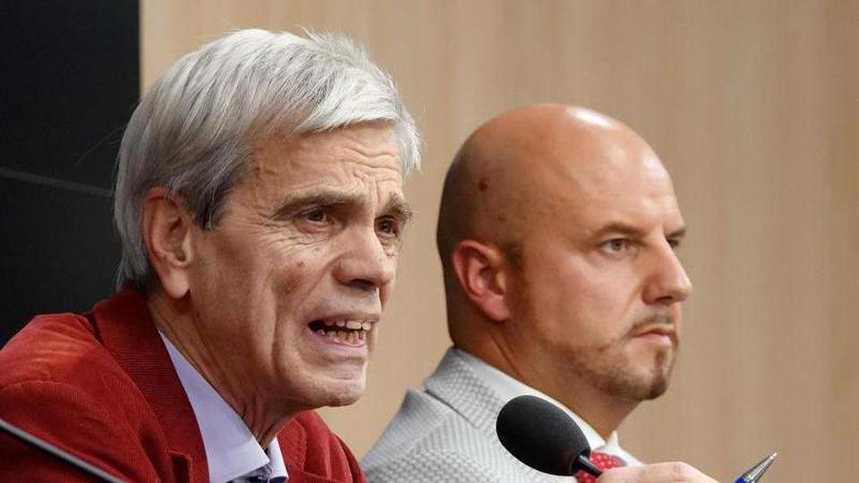 Wolfgang Gedeon (AfD, l) und Stefan Räpple (AfD) sprechen in Stuttgart auf einer Pressekonferenz. Foto: Simon Sachseder/Archiv