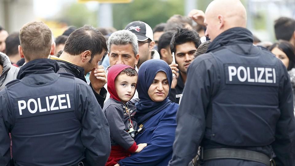 """Flüchtlingsstrom nach Deutschland - Polizei """"personell und materiell an unseren Grenzen"""""""